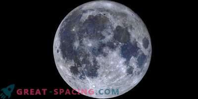 Un mosaico colorato della luna piena rivela mari titanici blu