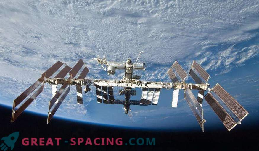 Two Russian and one American astronaut return from the ISS