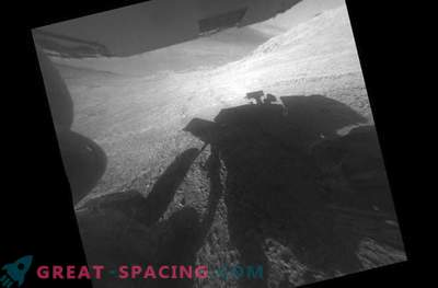 Rover läheb järsule mäele, rullib rattad ja loobub.